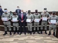 Professor Jamal entrega moção de aplauso a policiais militares