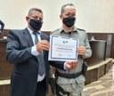 Vereador Chico da Antarctica entrega moção de aplausos aos policias Edgardo Almeida e Gilmar Moura